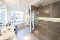 Modern binnenland van een badruimte met grote douchecabine stock foto's