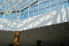 Modern binnenland van handelscentrum stock foto's