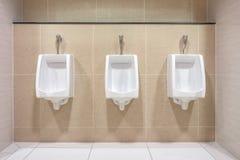 Modern binnenlands ontwerp van witte ceramische urinoirs royalty-vrije stock fotografie