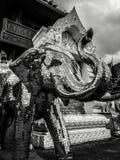 Modern boeddhistisch die beeldhouwwerk van olifant met fonkelende spiegels in donkere en sombere atmosfeer met dramatische hemel  royalty-vrije stock afbeelding
