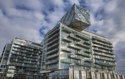 Modern bostads- byggnad med glasväggar Royaltyfri Bild