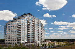 Modern bostads- hög neighbourhood för löneförhöjningbyggnadsindelning i underavdelningar Arkivfoto