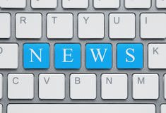 Modern bärbar dator med nyheterna på skärmen på en vit bakgrund Arkivbilder