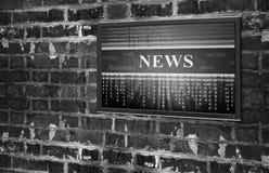 Modern bärbar dator med nyheterna på skärmen på en vit bakgrund Royaltyfria Bilder