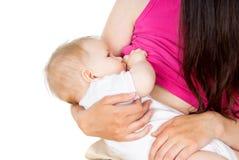 Modern breastfeeds little en behandla som ett barn Arkivbilder