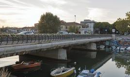 Modern bro över en havskanal i Rimini port, Italien Arkivbild