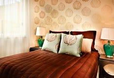 Modern brun färgsäng med kuddecloseupen i ett lyxigt hotell eller Fotografering för Bildbyråer