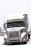 Modern brun stor rigg i vinterväder med is och snö royaltyfria bilder