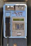 Modern brunn-sliten payphone med grafittti Royaltyfri Foto