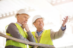 Modern building and businessmen Royalty Free Stock Photography