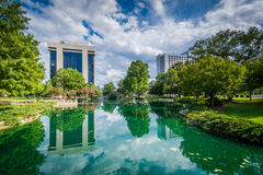 Modern buildings and lake at Marshall Park, in Uptown Charlotte,. North Carolina Stock Photography