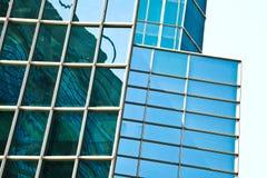 Modern bureau architectur bij de blauwe achtergronden van de glasmuur Royalty-vrije Stock Afbeelding