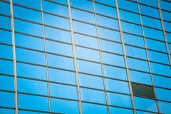 Modern bureau architectur bij de blauwe achtergronden van de glasmuur Stock Afbeelding