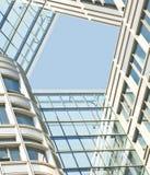 Modern bureau architectur bij de blauwe achtergronden van de glasmuur Royalty-vrije Stock Foto's