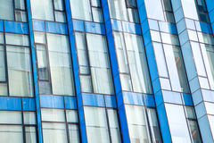 Modern bureau architectur bij de blauwe achtergronden van de glasmuur Royalty-vrije Stock Fotografie