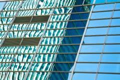 Modern bureau architectur bij de blauwe achtergronden van de glasmuur Stock Afbeeldingen
