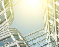 Modern bureau architectur bij de blauwe achtergronden van de glasmuur Stock Foto's