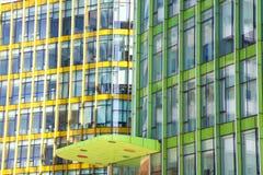 Modern bureau architectur bij de blauwe achtergronden van de glasmuur Royalty-vrije Stock Foto