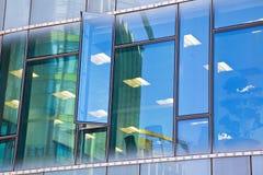 Modern bureau architectur bij de blauwe achtergronden van de glasmuur Stock Foto