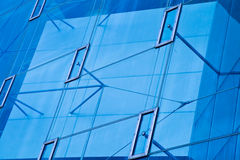 Modern bureau architectur bij de blauwe achtergronden van de glasmuur Royalty-vrije Stock Afbeeldingen