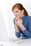 Modern bureau - het jonge bedrijfsvrouwenwerk Stock Afbeelding