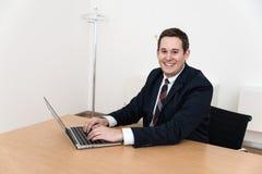 Modern bureau met computerlaptop Royalty-vrije Stock Afbeeldingen