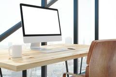 Modern bureau met het lege witte computerscherm Stock Afbeeldingen