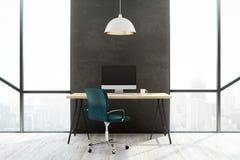 Modern bureau met het lege witte computerscherm Stock Foto