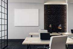 Modern bureau met lege affiche Royalty-vrije Stock Afbeeldingen