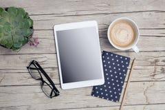 Modern bureau met spot op tablet en handig royalty-vrije stock fotografie