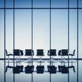 Modern bureaubinnenland met grote vensters Stock Afbeelding