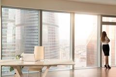 Modern bureaubinnenland met vrouwelijk silhouet die zich bij volledig-l bevinden Stock Afbeelding