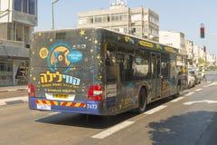 Modern buss på den huvudsakliga gatan av Tel Aviv Arkivbild