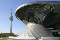 Modern byggande BMW bård och olympiskt torn, Munich Arkivbild