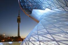 Modern byggande BMW bård och olympiskt torn, Munich Arkivbilder