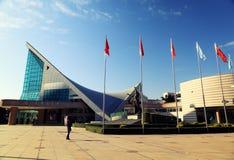 Modern byggnad av den Xinghai konserthallen och musik kvadrerar i den GuangZhou staden, stads- landskap av Kina Asien Arkivfoto