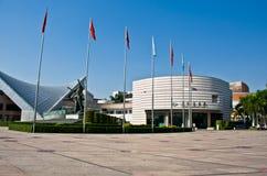Modern byggnad av den Xinghai konserthallen och musik kvadrerar i den GuangZhou staden, stads- landskap av Kina Asien Royaltyfri Bild
