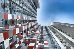 Modern byggnad för höghus med en grafisk fyrkantig modell arkivfoto