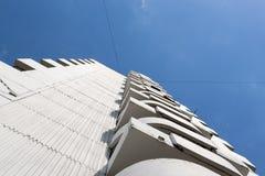 Modern byggnad för modern löneförhöjning för akut vinkel hög arkivbilder