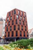 Modern byggnad i gamla Riga gator, Lettland, Juli 25 2018 fotografering för bildbyråer