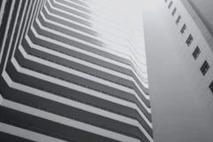 Modern byggnad i suddighetsbegrepp arkivfoto