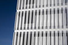 Modern byggnad med blå himmel i bakgrund Arkivfoto