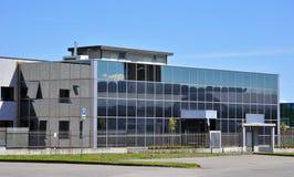 Modern byggnad med glass arkitektur Arkivfoto