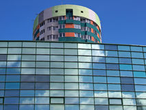 Modern byggnad med himmelreflexioner Fotografering för Bildbyråer