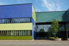 Modern byggnad med väggen för blå och grön färg Arkivfoto