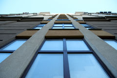 Modern byggnad mot den blåa himlen Arkivfoton