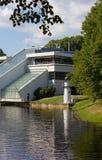 Modern byggnad och fyr i en parkera Royaltyfri Fotografi