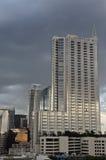 Modern byggnad och molnig bakgrund Arkivbild
