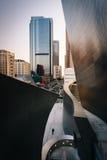 Modern byggnad och sikt av byggnader på storslagen aveny Arkivbild