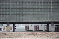 Modern byggnad och skåpbil arkivbilder